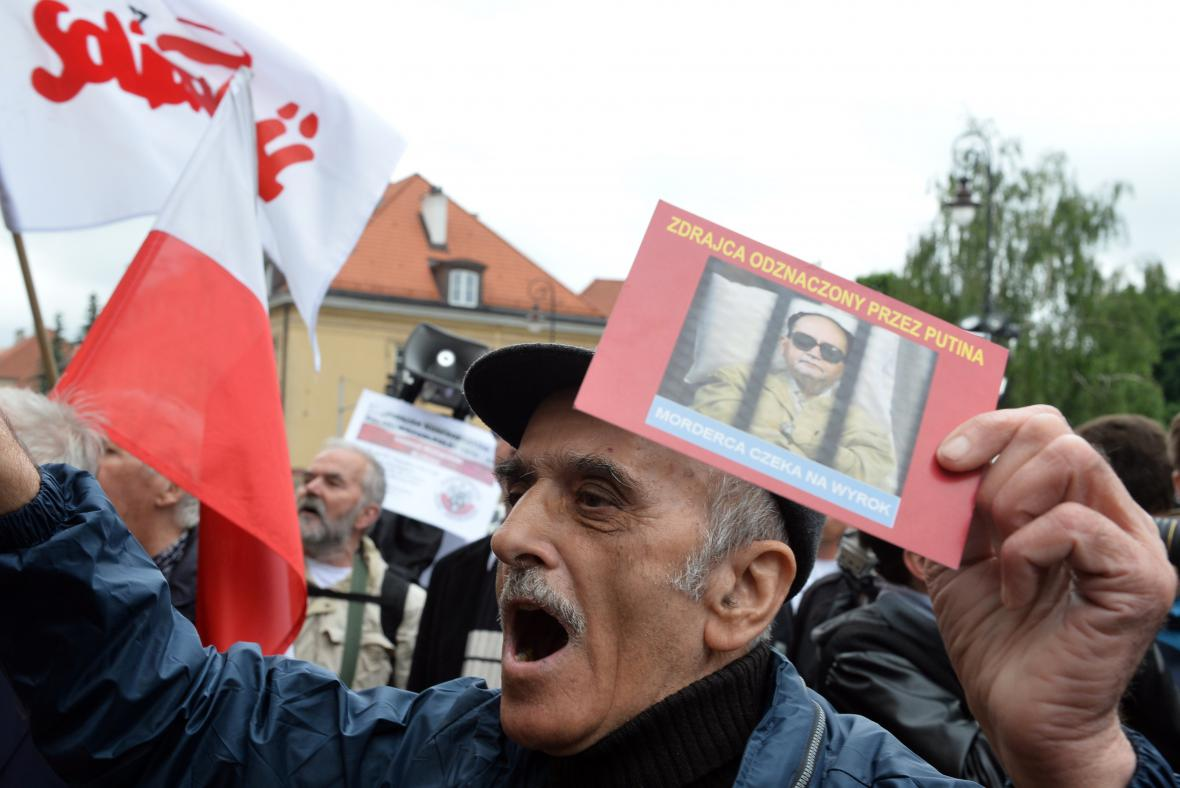 Demonstrace během pohřbu Jaruzelského