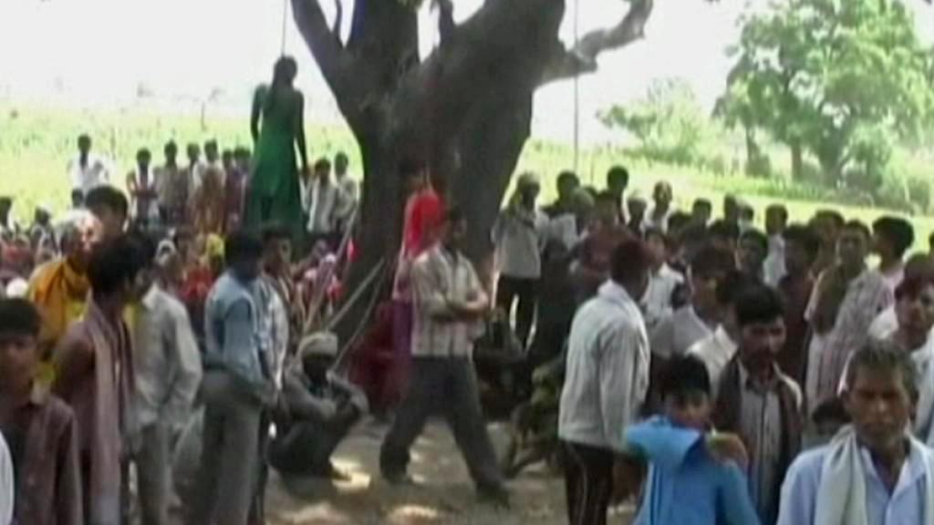 Skupina Indů znásilnila a oběsila dvě dívky