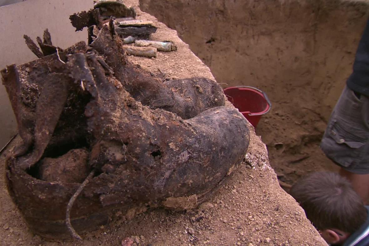Vojáci byli pohřbeni i s výbavou
