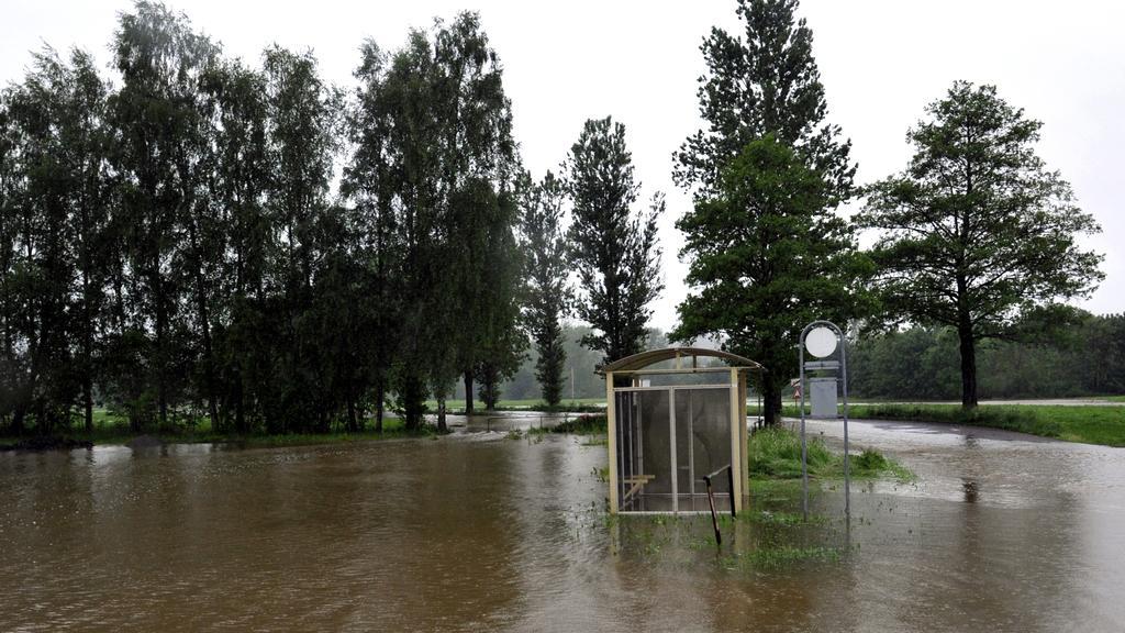 Hladina Úslavy odřízla silnici u Nezvěstic na Plzeňsku