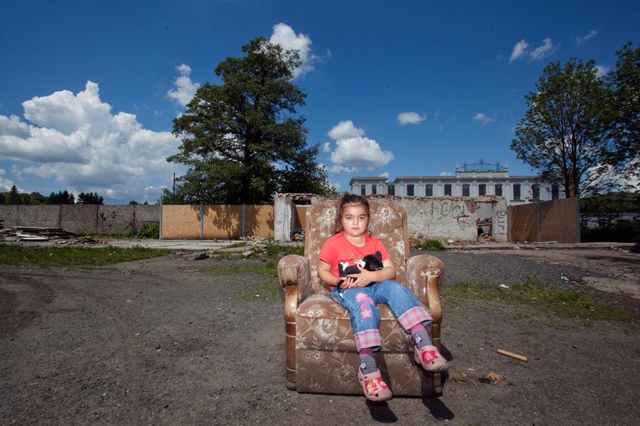 Před ubytovnou pro sociální případy na ulici Lounská ve Varnsdorfu