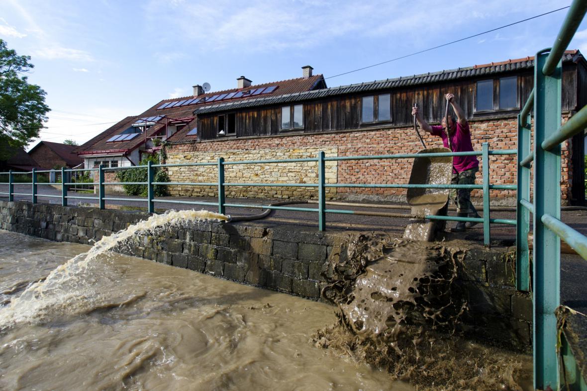 Rozvodněný potok Brodec ve Lhotě u Potštejna