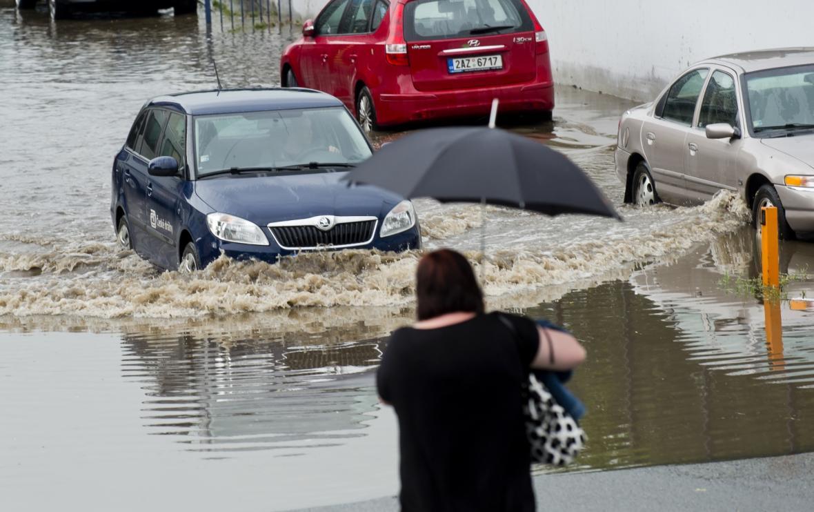 Zaplavené parkoviště u hlavního nádraží v Praze