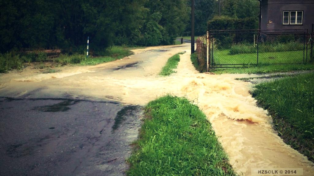 Voda valící se přes silnici na Jesenicku