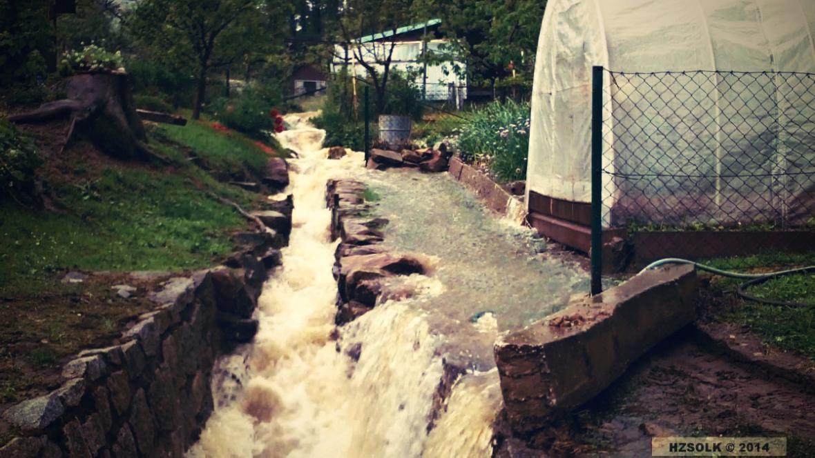 Rozvodněný potok na Jesenicku