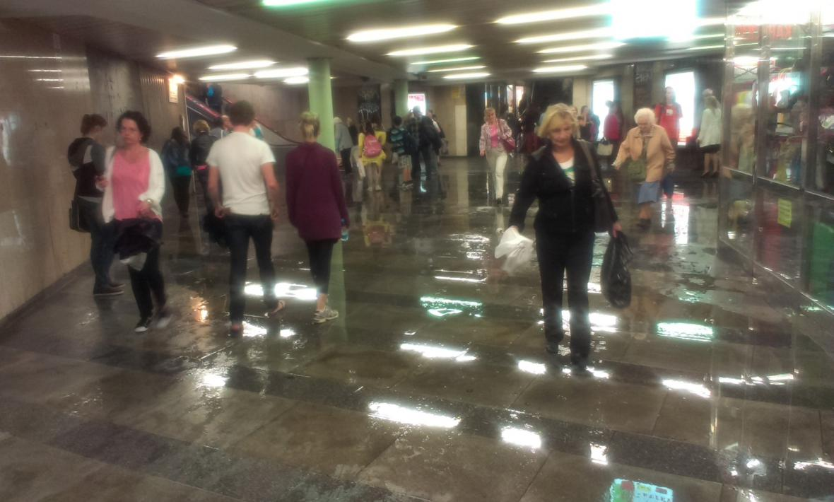 Zatopený vestibul metra v Praze na Václavském náměstí