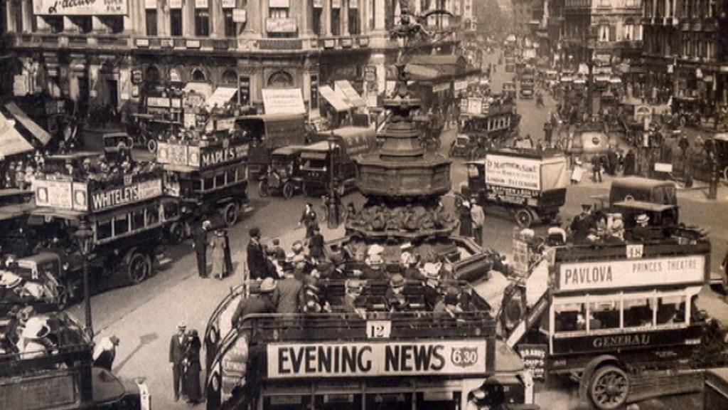 Londýnské autobusy se přes noc proměnily ve vojenská vozidla