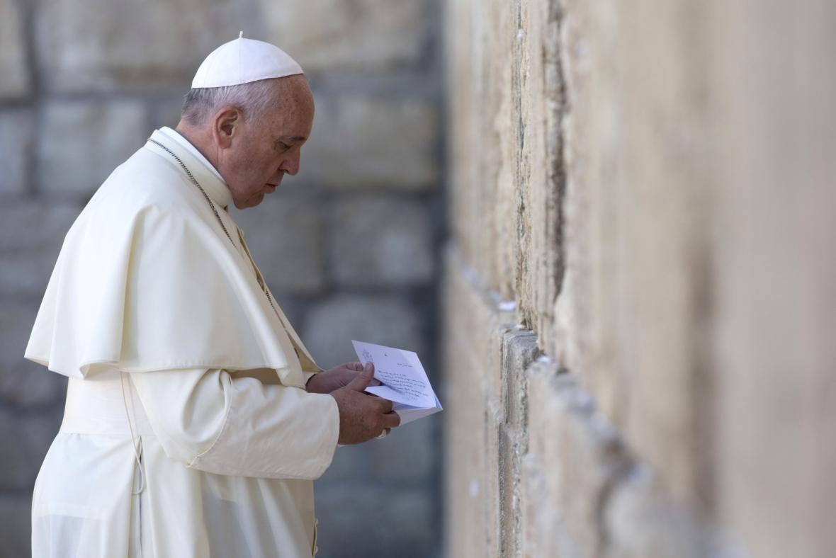 Papež František u Zdi nářků
