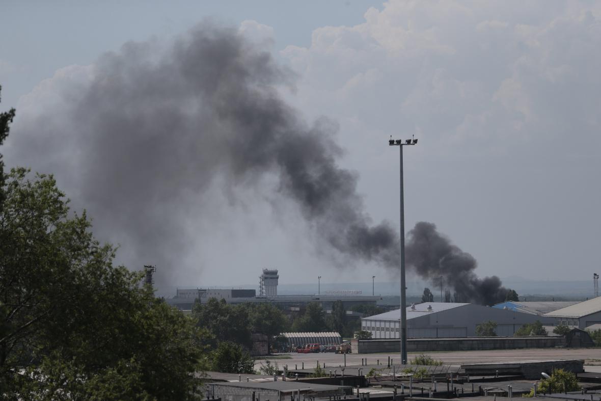 Ukrajinské armádní vrtulníky zahájily nálet na letiště v Doněcku