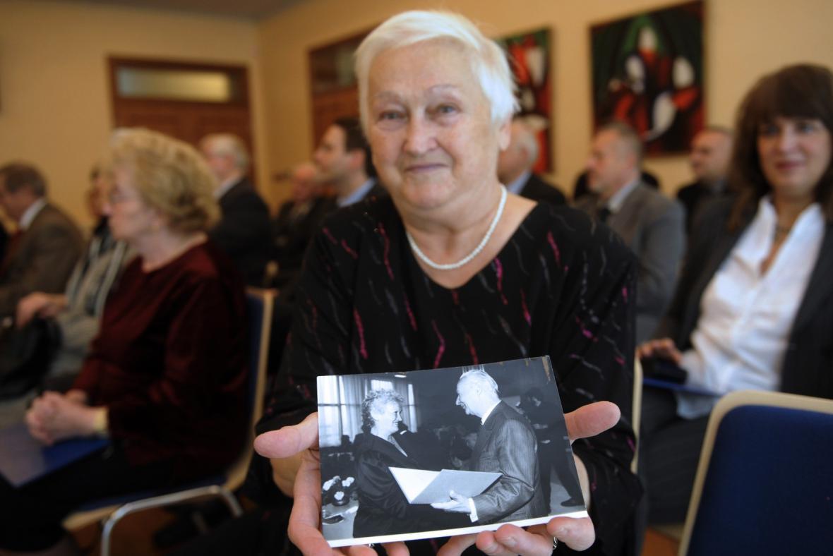Božena Fuková na snímku z roku 2009 ukazuje novinářům fotografii, na níž je zachycena při setkání s Alexandrem Dubčekem