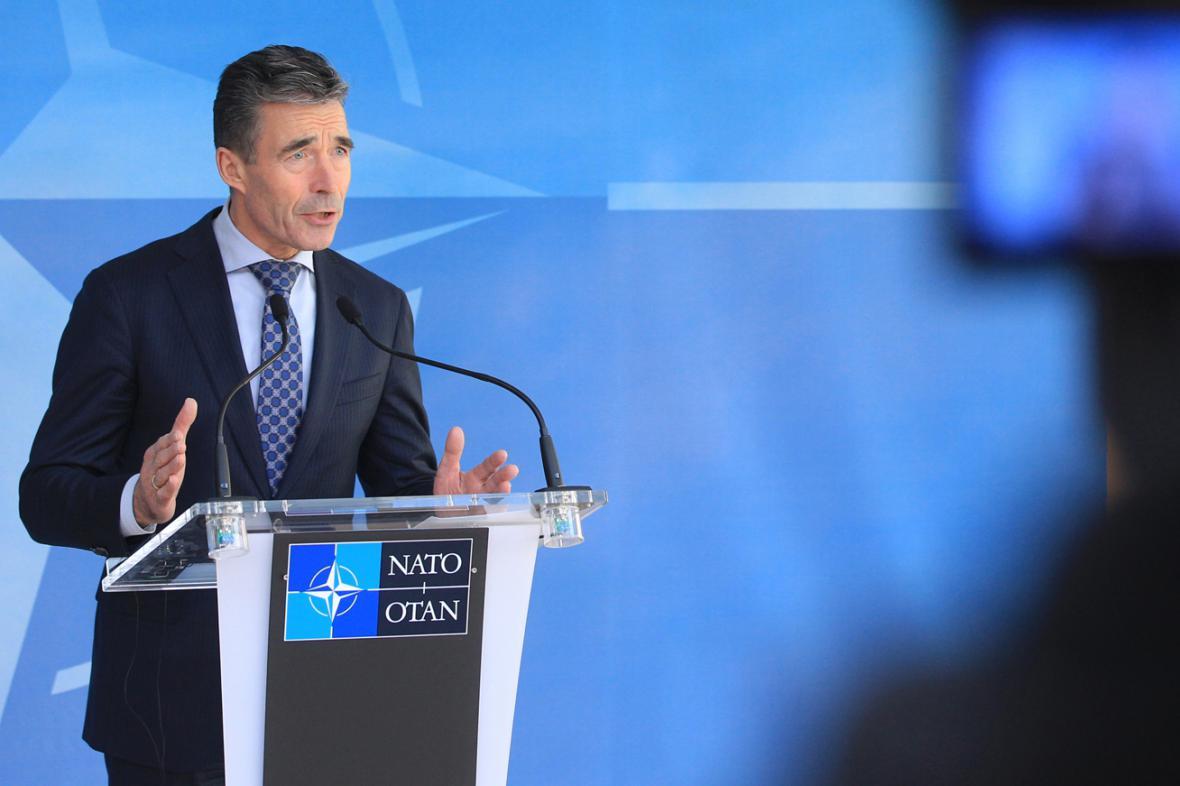 NATO posílí obranu, ohlásil v Bruselu Rasmussen