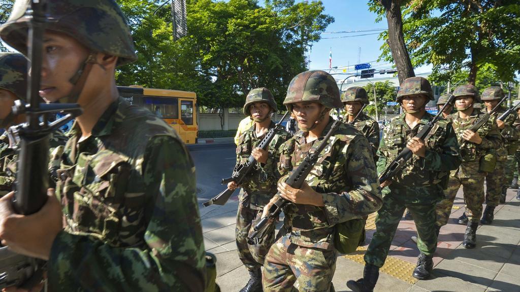 Faktickou moc v Thajsku převzala armáda