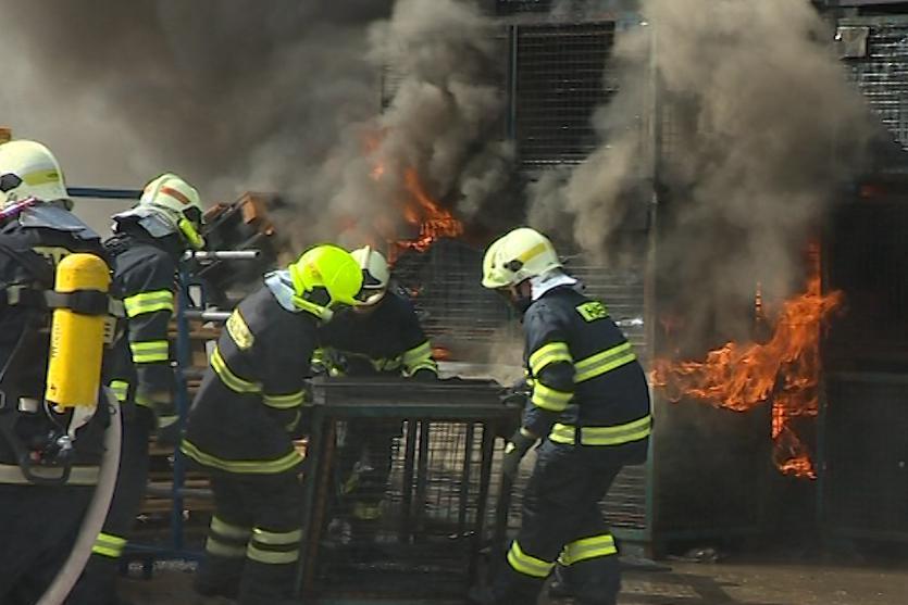 Požár ve výrobně plastových komponentů v Lípě