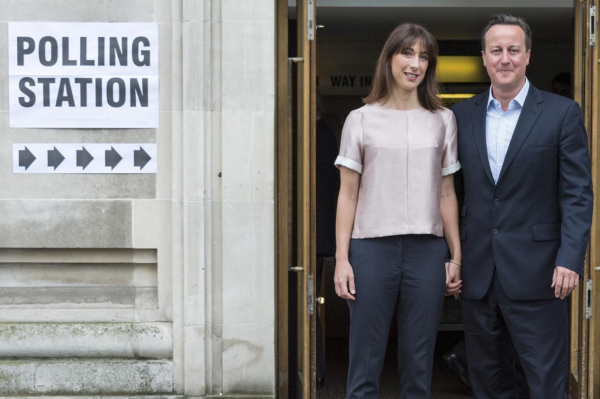 Britský premiér David Cameron s manželkou