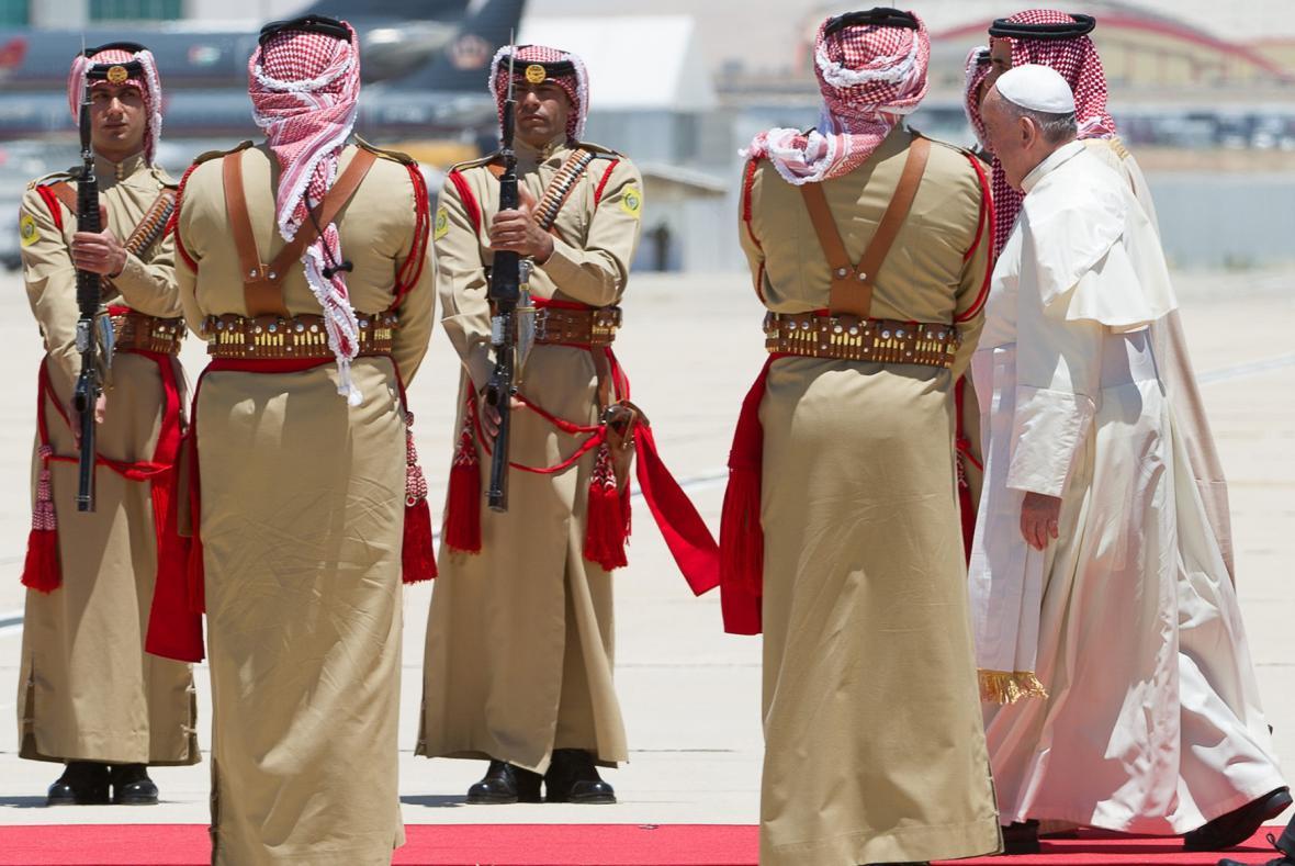 Papež František dorazil do Jordánska