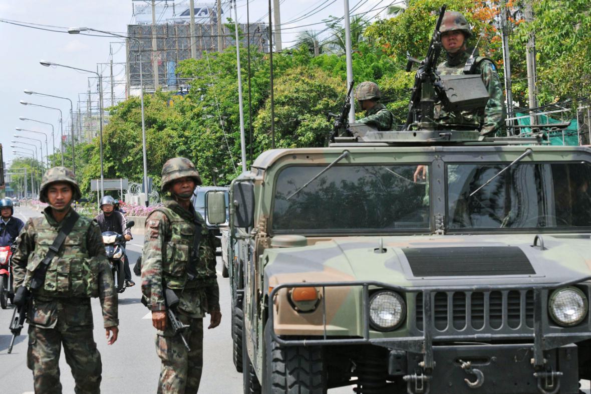 Thajští vojáci v ulicích Bangkoku