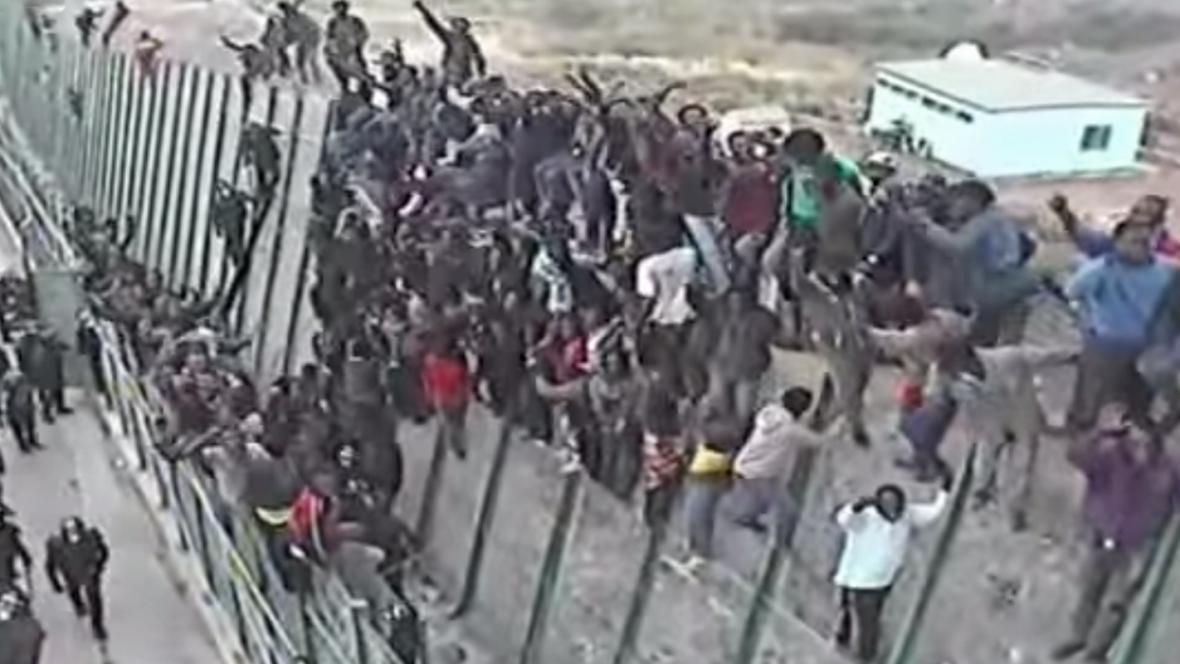 Afričtí imigranti překonávají bariéru v Melille