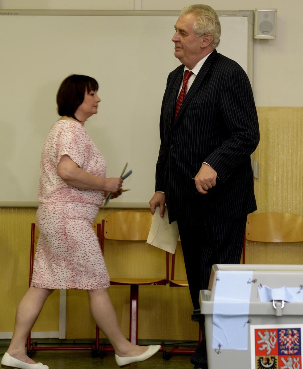 Miloš Zeman s manželkou hlasují v evropských volbách