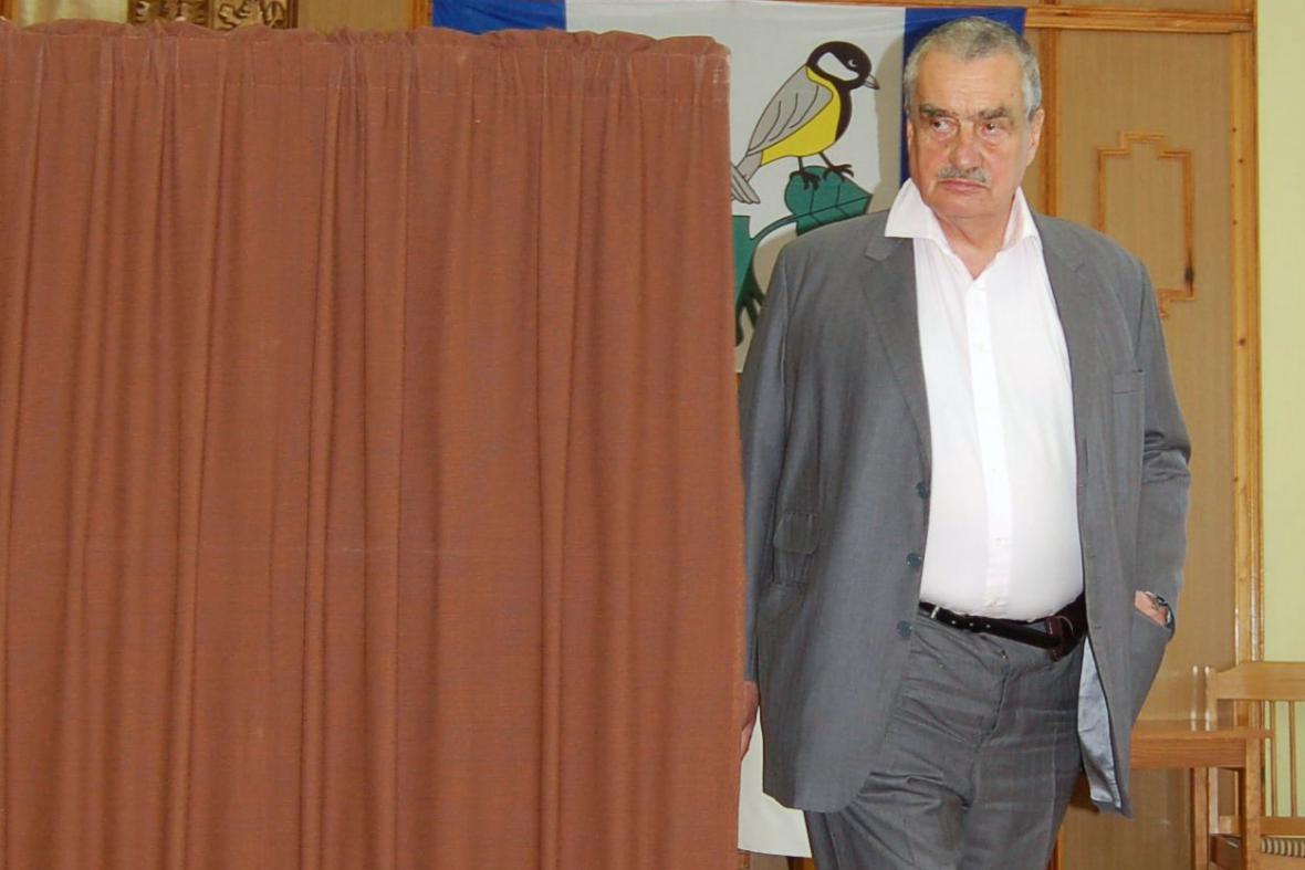 Karel Schwarzenberg hlasuje v evropských volbách