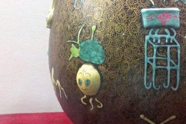 Falešná váza z údajné dynastie Čching
