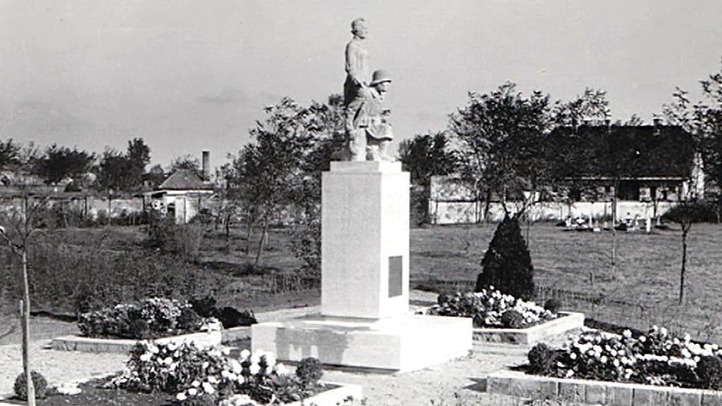 Novozámecký pomník legionářům v roce 1936