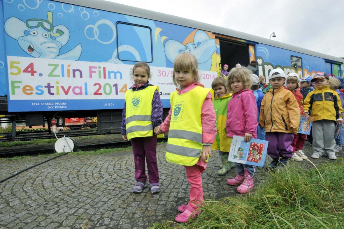MFF Zlín: Děti před zlínským kinematografem