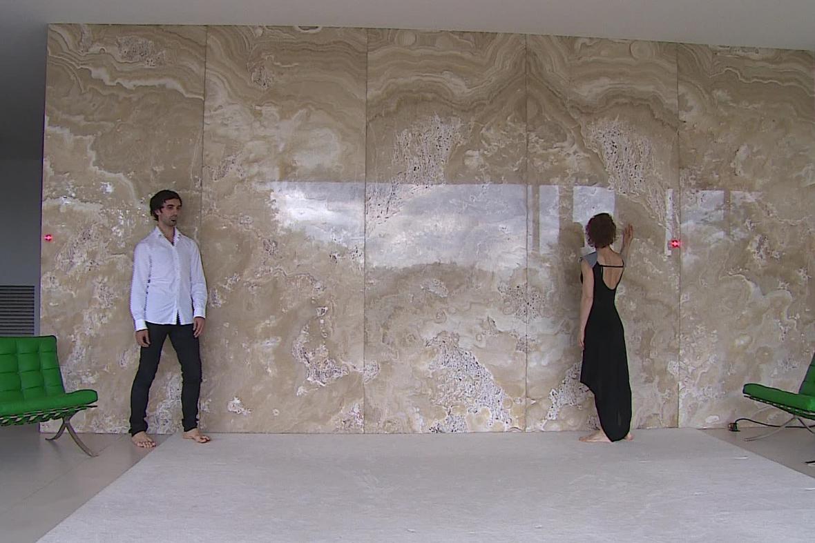 Část inscenace se odehrává před Onyxovou stěnou