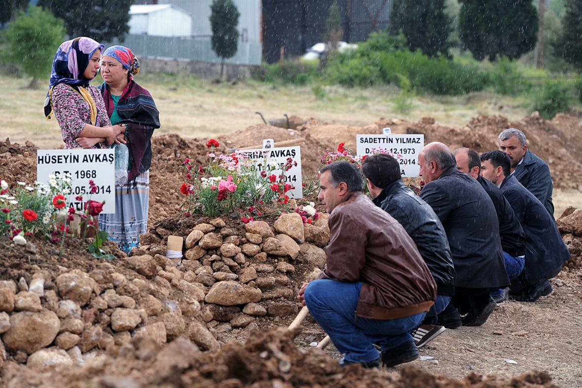 Hroby obětí důlního neštěstí v Turecku