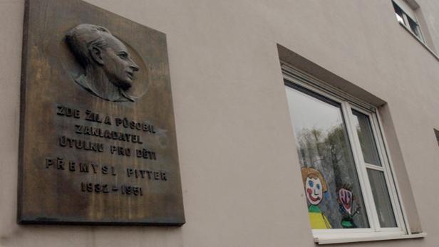 Pamětní deska věnovaná Pitterovi