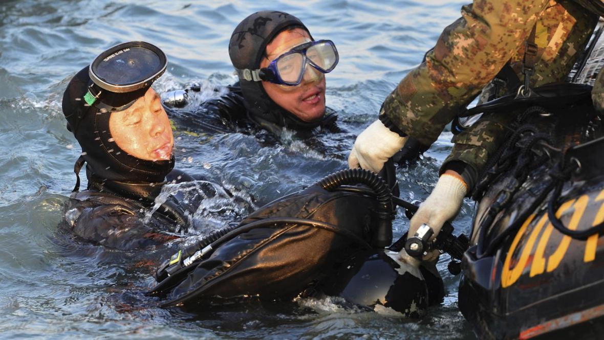 Potápěči hledají oběti nehody trajektu