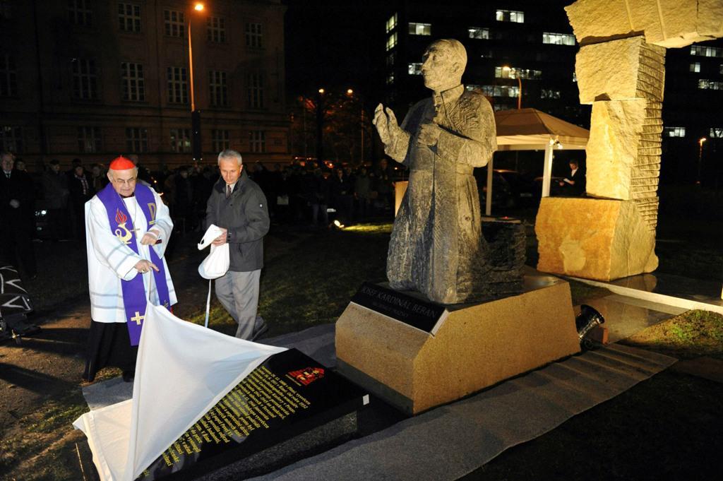 Miloslav Vlk odhalil pomník kardinála Josefa Berana