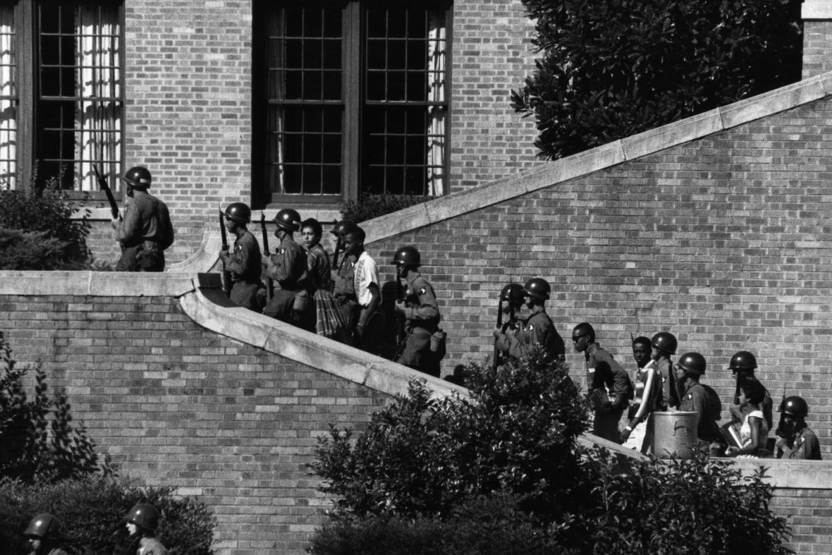 Devět černošských studentů musela cestou do školy chránit armáda