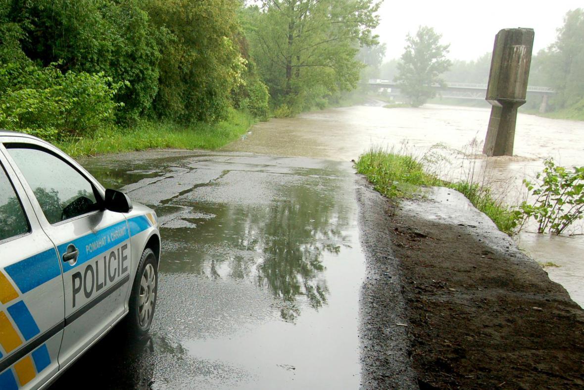 Zaplavená silnice u soutoku Ostravice s Lučinou v Ostravě