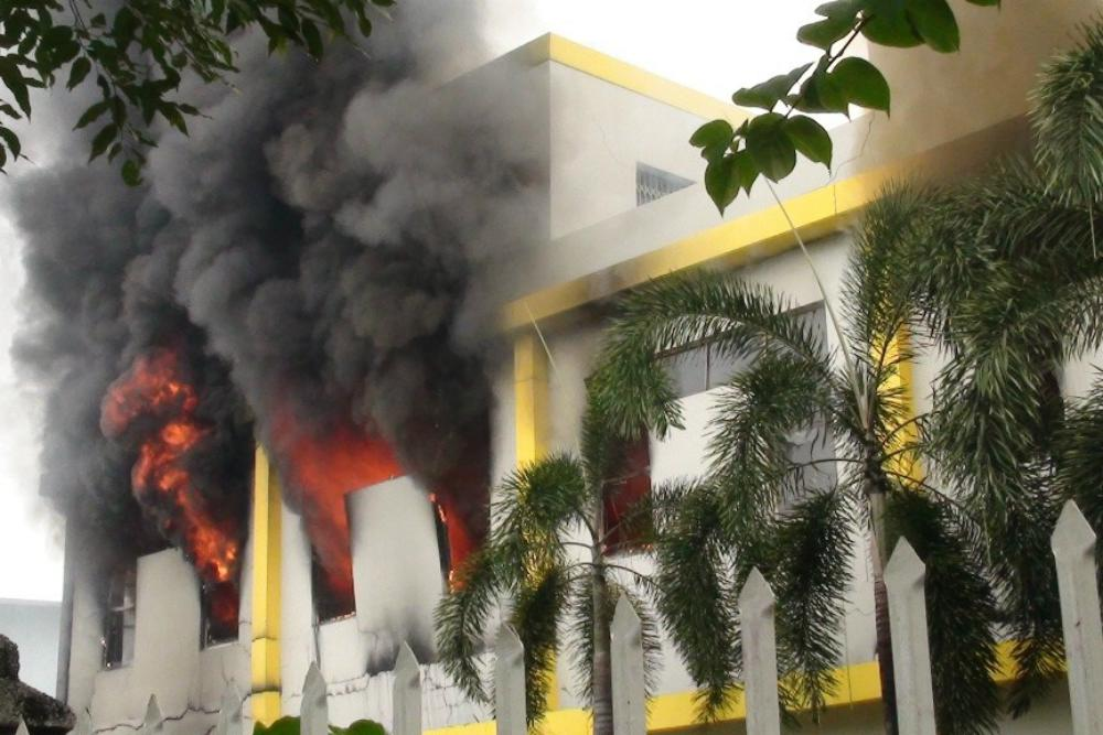 Hořící továrna ve vietnamském městě Binh Duong