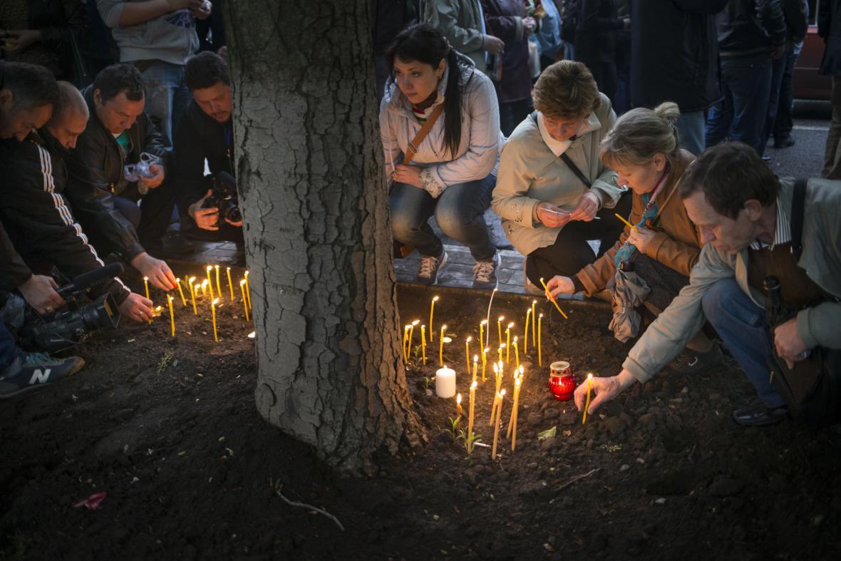 Lidé truchlí za mrtvé v Oděse