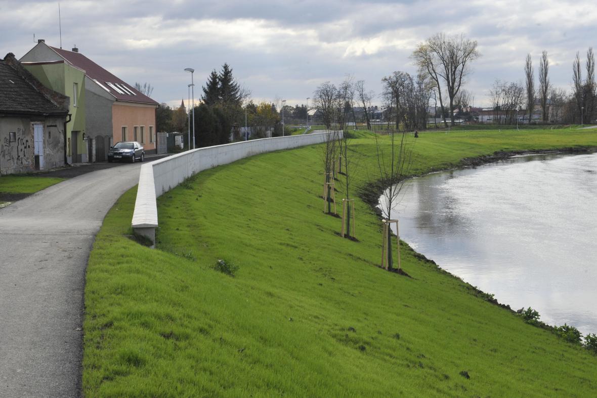 Protipovodňová hráz na řece Moravě