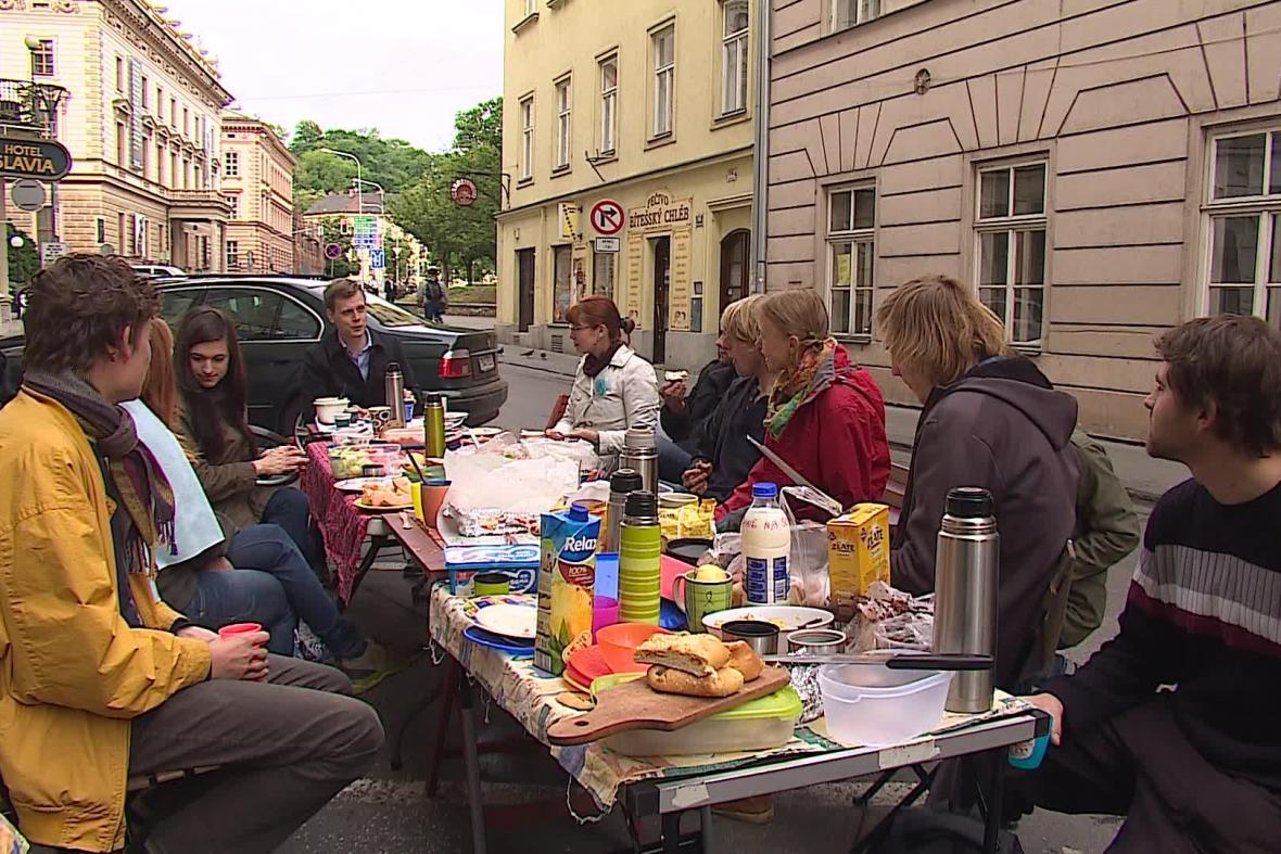 Společná snídaně na ulici