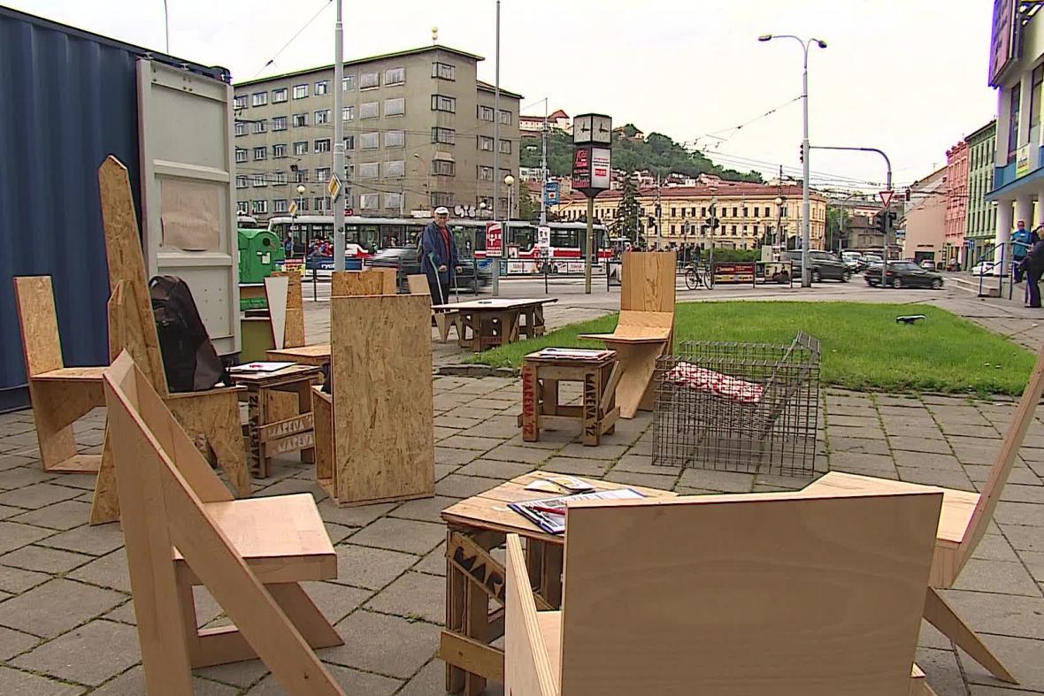 Improvizované posezení v ulicích Brna
