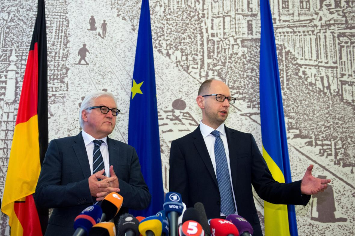Frank-Walter Steinmeier a Arsenij Jaceňuk