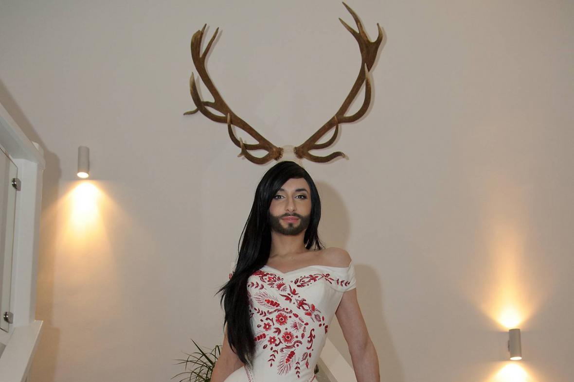 Conchita Wurst při zkoušce šatů na ples v opeře