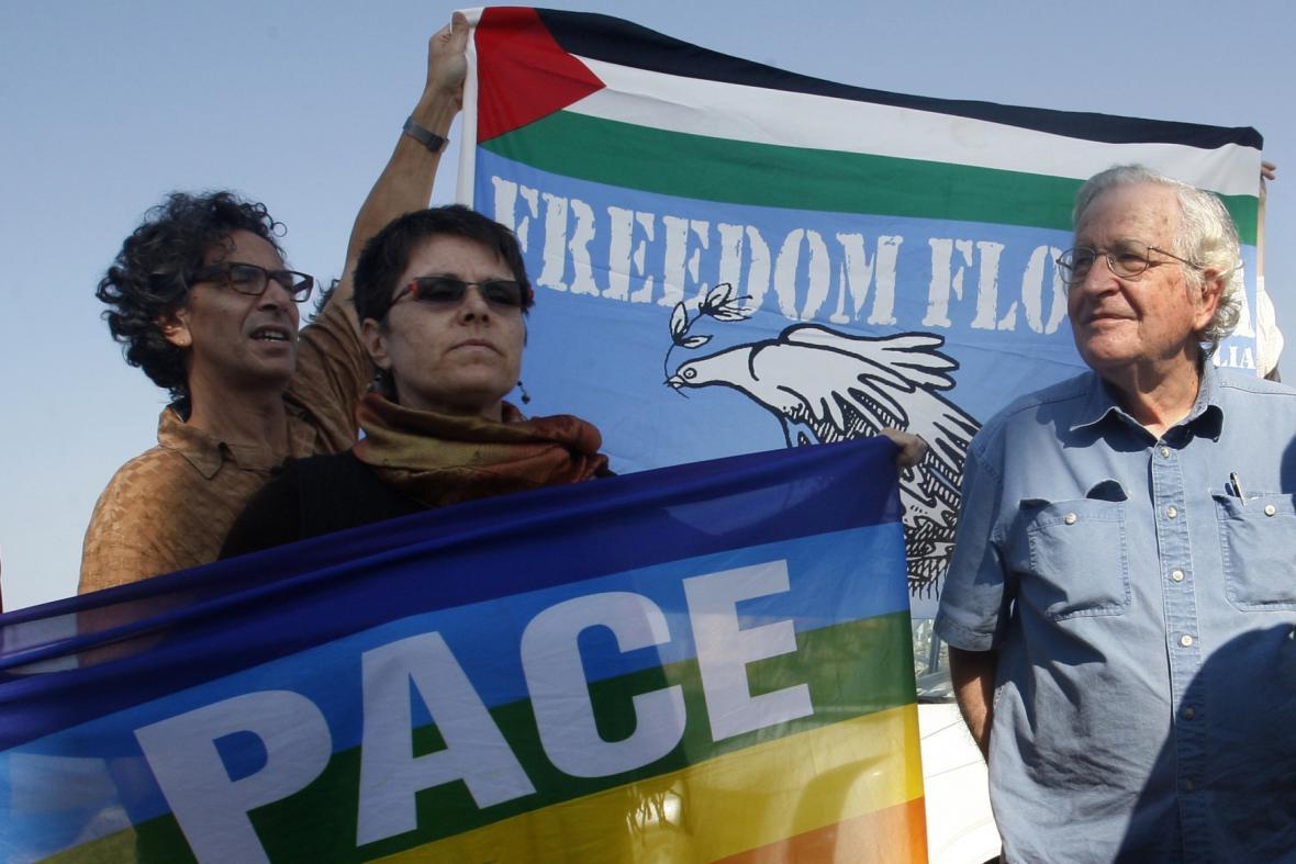 Noam Chomsky protestuje proti blokádě Pásma Gazy.