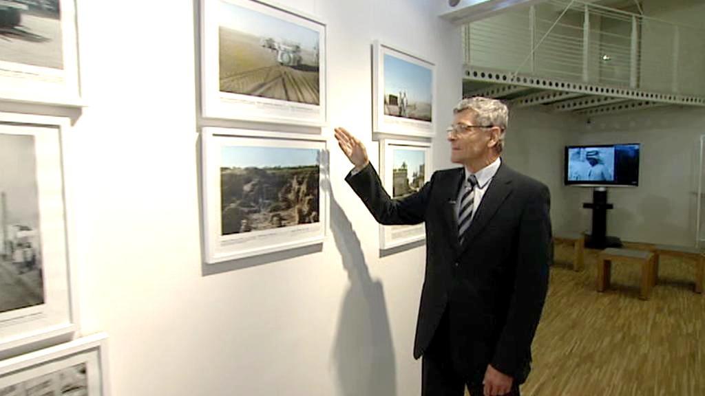 Miroslav Šebela ukazuje dochované fotografie