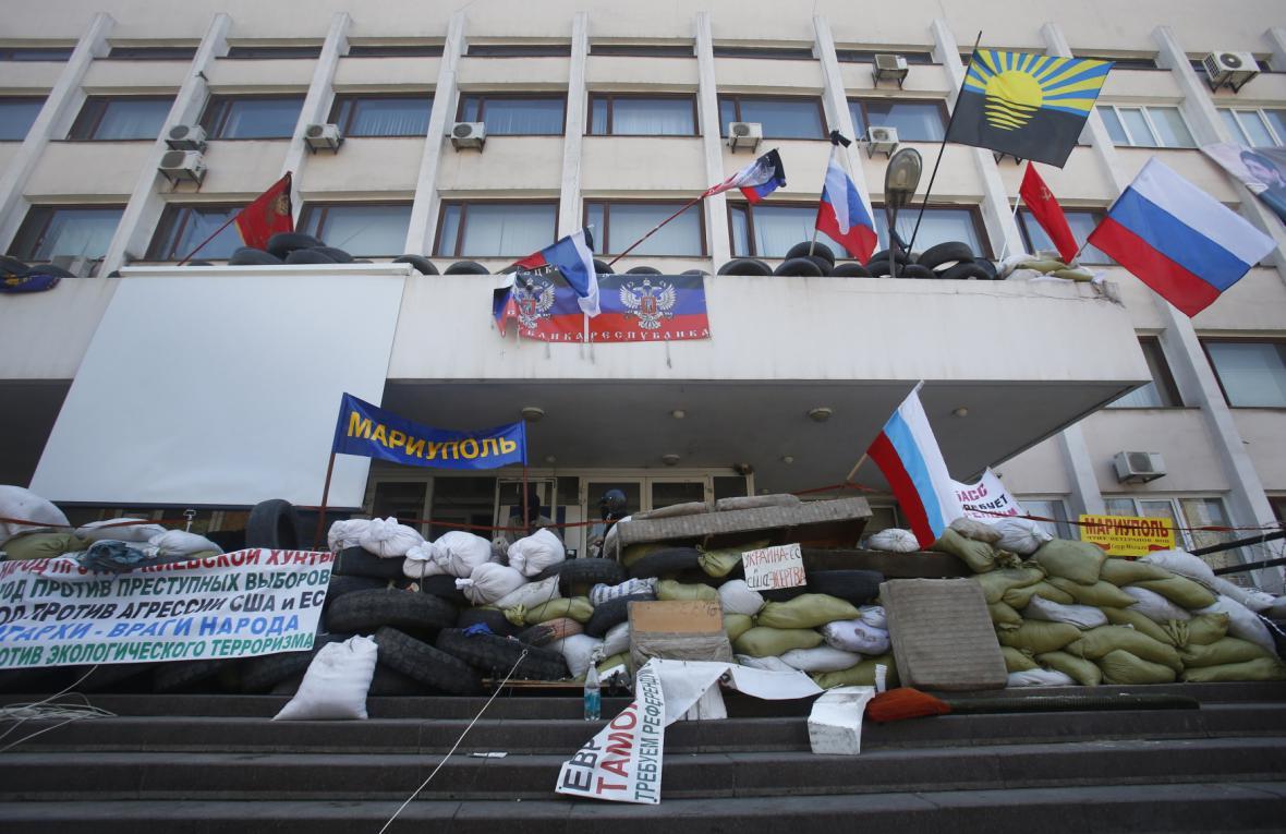 Radnice v Mariupolu obsazená proruskými separatisty - foto ze 17. 4., tedy před vyhořením