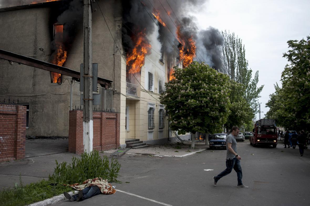 Hořící policejní stanice v Mariupolu