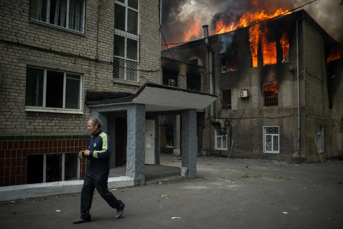 Hořící radnice v Mariupolu