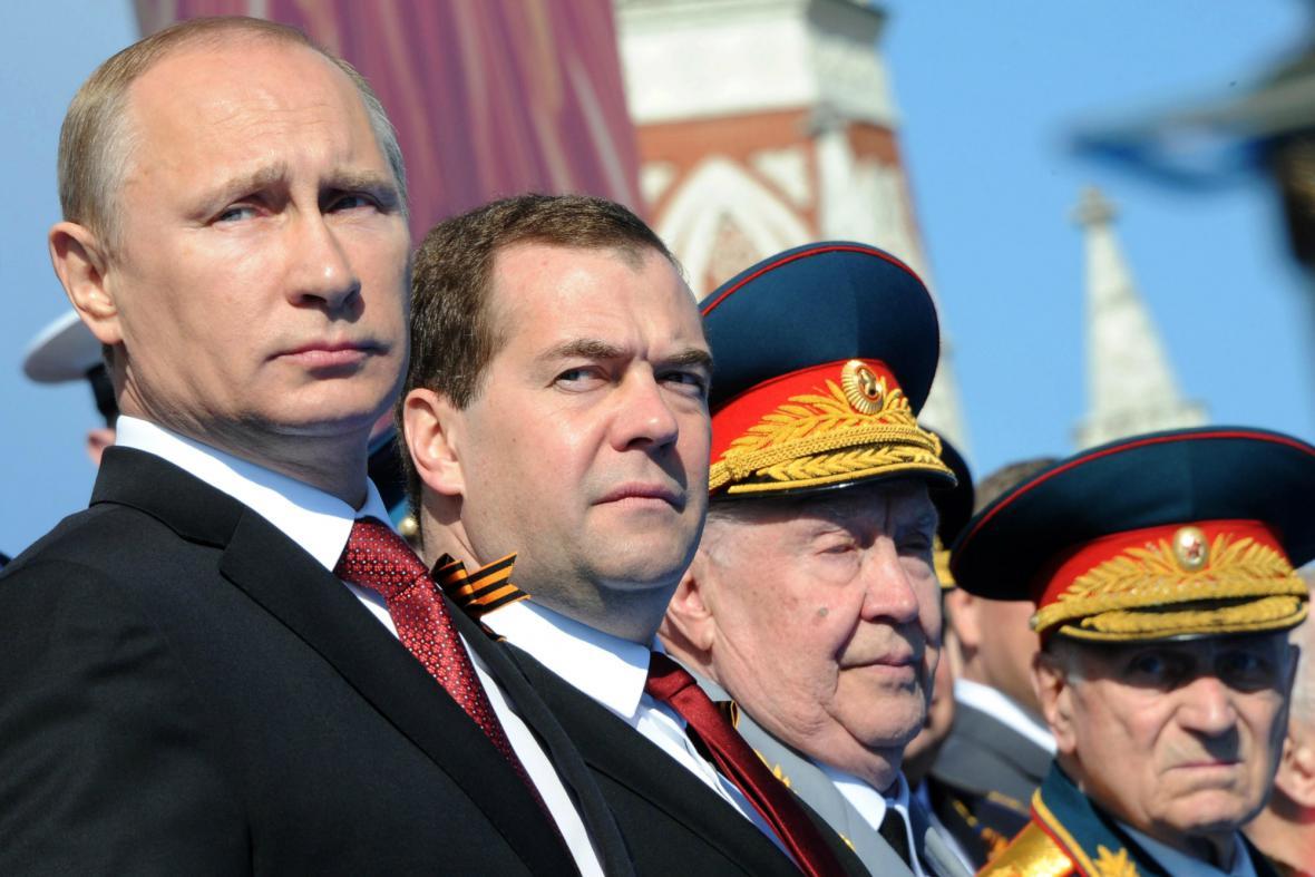 Putin a Medvěděv na vojenské přehlídce v Moskvě