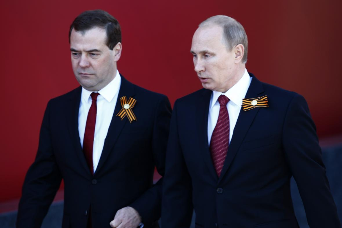 Dmitrij Medvěděv a Vladimir Putin na vojenské přehlídce v Moskvě