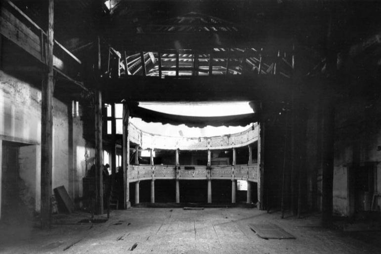 Chátrající zámecké divadlo ve Valticích