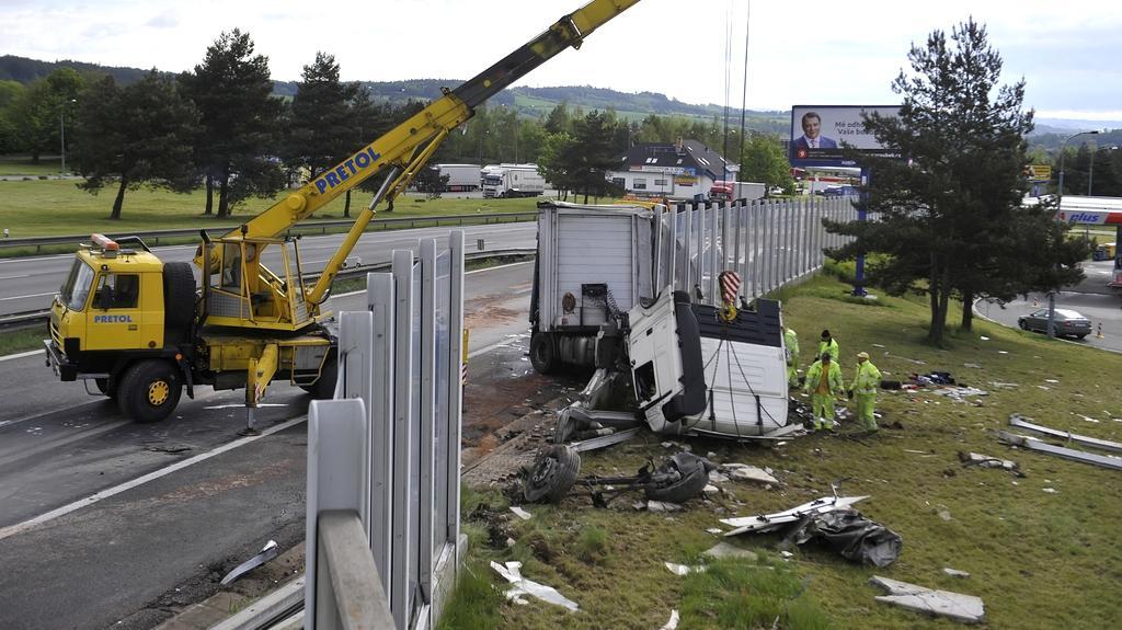 Následky jedné z nehod kamionů na D1