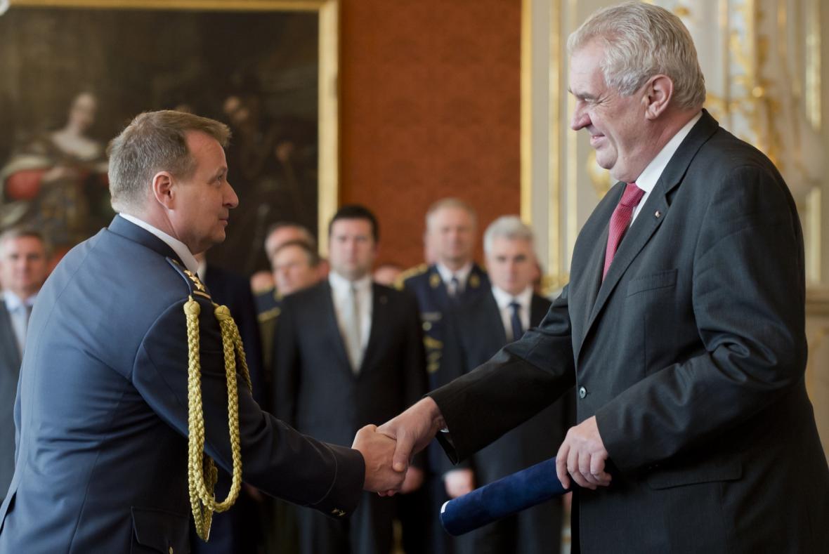 Prezident Zeman jmenoval Petra Mikulenku do hodnosti generála